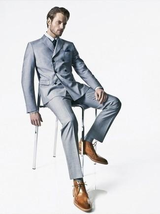 Comment porter des chaussettes bleu clair: Pense à marier un costume bleu clair avec des chaussettes bleu clair pour une tenue idéale le week-end. Une paire de des bottines chukka en cuir marron apportera une esthétique classique à l'ensemble.