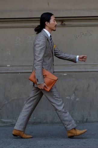 Comment porter une cravate à rayures horizontales bleu marine: L'association d'un costume gris et d'une cravate à rayures horizontales bleu marine peut te démarquer de la foule. Jouez la carte décontractée pour les chaussures et termine ce look avec une paire de des bottines chukka en daim marron clair.