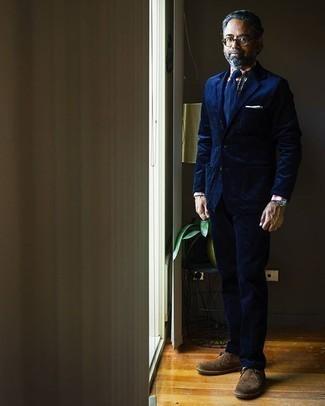 Comment porter une pochette de costume blanche: Pour une tenue de tous les jours pleine de caractère et de personnalité associe un costume en velours côtelé bleu marine avec une pochette de costume blanche. Fais d'une paire de des bottines chukka en daim marron ton choix de souliers pour afficher ton expertise vestimentaire.