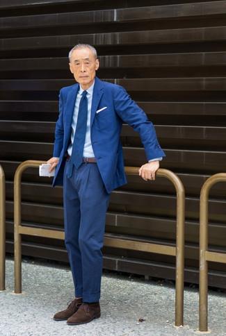 Comment s'habiller après 60 ans: Porte un costume bleu et une chemise de ville bleu clair pour une silhouette classique et raffinée. Si tu veux éviter un look trop formel, fais d'une paire de bottines chukka en daim marron foncé ton choix de souliers.