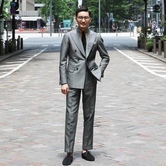 Comment porter une pochette de costume blanche: Associe un costume gris avec une pochette de costume blanche pour un look de tous les jours facile à porter. Choisis une paire de bottines chukka en daim gris foncé pour afficher ton expertise vestimentaire.