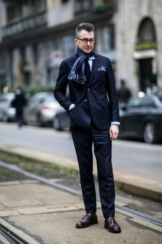 Comment porter des bottines chukka en cuir bordeaux: Pense à associer un costume à rayures verticales bleu marine avec une chemise de ville bleu clair pour dégager classe et sophistication. D'une humeur audacieuse? Complète ta tenue avec une paire de bottines chukka en cuir bordeaux.