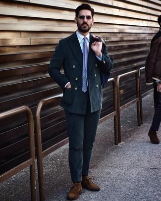 Comment s'habiller au printemps: Marie un costume en velours côtelé bleu marine avec une chemise de ville blanche pour un look pointu et élégant. Si tu veux éviter un look trop formel, fais d'une paire de bottines chukka en daim marron ton choix de souliers. Une tenue géniale, elle va t'inspirer pour cette saison printanière.
