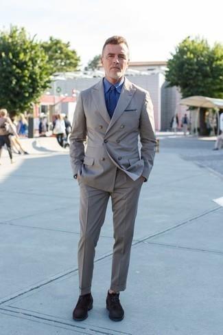 Comment porter un costume gris: Essaie d'harmoniser un costume gris avec une chemise de ville bleue pour un look classique et élégant. Si tu veux éviter un look trop formel, assortis cette tenue avec une paire de bottines chukka en daim marron foncé.