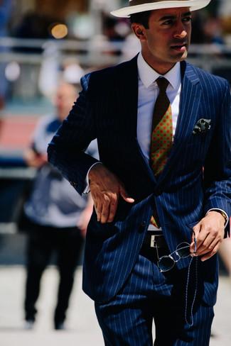 Comment porter: costume à rayures verticales bleu marine, chemise de ville blanche, chapeau de paille blanc, cravate imprimée vert foncé