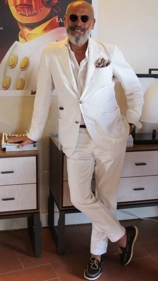 Comment porter un costume blanc: Pense à opter pour un costume blanc et une chemise de ville à carreaux blanche pour un look classique et élégant. Tu veux y aller doucement avec les chaussures? Termine ce look avec une paire de des chaussures bateau en cuir marron foncé pour la journée.
