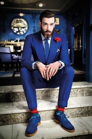 Comment porter une broche à fleurs rouge: Opte pour un costume bleu avec une broche à fleurs rouge pour une tenue confortable aussi composée avec goût. Opte pour une paire de des chaussures brogues en daim bleues pour afficher ton expertise vestimentaire.