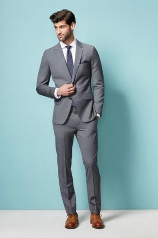 Comment porter: costume gris, chemise de ville blanche, chaussures brogues en cuir marron clair, cravate violette
