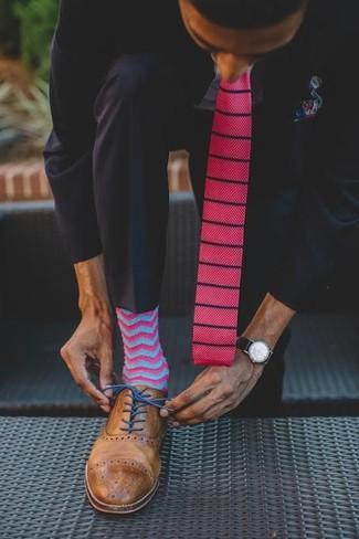 Comment porter: costume noir, chemise de ville bleu clair, chaussures brogues en cuir marron, cravate en tricot fuchsia