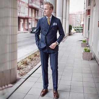 Comment porter: costume à rayures verticales bleu marine, chemise de ville blanche, chaussures brogues en cuir marron, cravate imprimée jaune