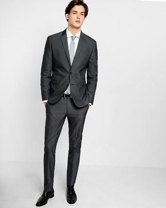 Comment porter: costume gris foncé, chemise de ville blanche, chaussures brogues en cuir noires, cravate à fleurs grise