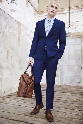 Comment porter une cravate à rayures verticales bleu clair en été: Porte un costume bleu marine et une cravate à rayures verticales bleu clair pour un look pointu et élégant. Une paire de des chaussures brogues en cuir marron foncé apporte une touche de décontraction à l'ensemble. Le look est plutôt estival.