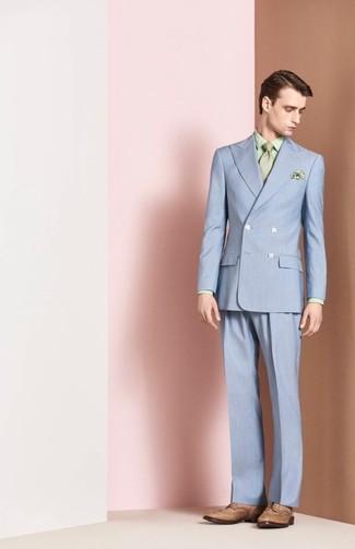 Comment porter: costume bleu clair, chemise de ville imprimée vert menthe, chaussures brogues en cuir marron clair, cravate vert menthe