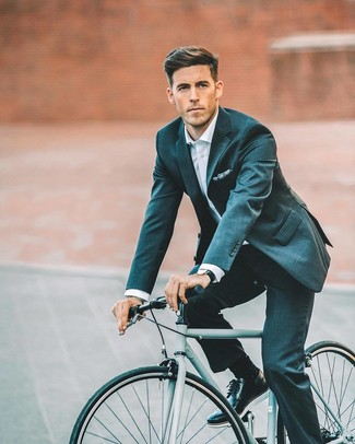 Comment porter: costume bleu canard, chemise de ville blanche, chaussures brogues en cuir noires, pochette de costume imprimée bleu marine