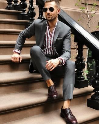 Comment porter: costume gris foncé, chemise de ville à rayures verticales bordeaux, chaussures brogues en cuir bordeaux, lunettes de soleil noires