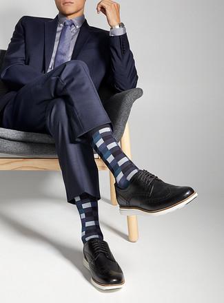 Comment porter: costume bleu marine, chemise de ville violet clair, chaussures brogues en cuir noires, cravate á pois violette