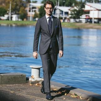 Comment porter: costume gris foncé, chemise de ville blanche, chaussures brogues en cuir bleu marine, cravate imprimée bleu marine