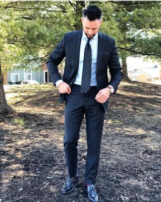 Comment porter: costume à rayures verticales gris foncé, chemise de ville blanche, chaussures brogues en cuir noires, cravate gris foncé