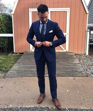 Comment porter: costume bleu marine, chemise de ville bleu clair, chaussures brogues en cuir marron, cravate imprimée cachemire bleu marine et vert