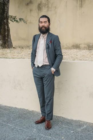 Tenue: Costume gris foncé, Chemise de ville beige, Chaussures brogues en cuir marron, Cravate beige
