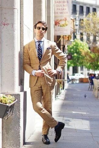 Comment porter des chaussettes bleu marine à 30 ans: Pour créer une tenue idéale pour un déjeuner entre amis le week-end, harmonise un costume marron clair avec des chaussettes bleu marine. Opte pour une paire de des chaussures brogues en cuir noires pour afficher ton expertise vestimentaire.