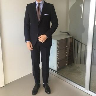 Comment porter une cravate imprimée bordeaux: Essaie de marier un costume noir avec une cravate imprimée bordeaux pour un look classique et élégant. Jouez la carte décontractée pour les chaussures et complète cet ensemble avec une paire de chaussures brogues en cuir noires.
