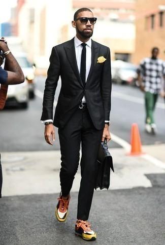 Comment porter un costume noir: Harmonise un costume noir avec une chemise de ville blanche pour un look classique et élégant. Si tu veux éviter un look trop formel, termine ce look avec une paire de des chaussures de sport multicolores.