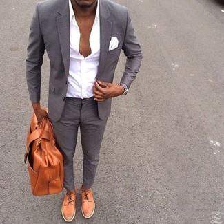 Comment porter: costume gris, chemise de ville blanche, chaussures derby en cuir tabac, serviette en cuir tabac