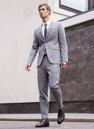 Comment porter: costume à carreaux gris, chemise de ville blanche, chaussures derby en cuir marron foncé, cravate gris foncé