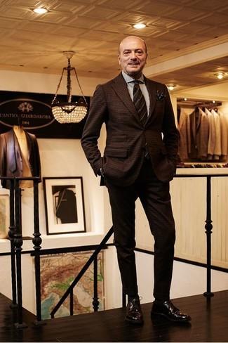 Comment porter: costume en laine à carreaux marron foncé, chemise de ville à rayures verticales blanche, chaussures derby en cuir marron foncé, cravate à rayures horizontales marron foncé
