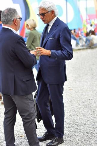 Comment porter: costume bleu marine, chemise de ville blanche, chaussures derby en cuir noires, serviette en cuir noire