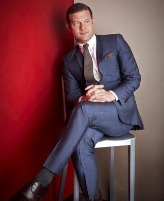 Comment porter: costume bleu marine, chemise de ville blanche, chaussures derby en cuir marron foncé, cravate en laine marron foncé