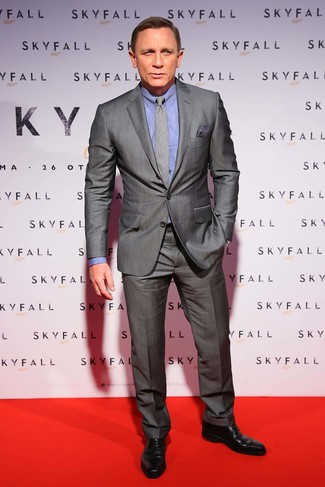 Tenue de Daniel Craig: Costume gris, Chemise de ville bleue, Chaussures derby en cuir noires, Cravate écossaise grise