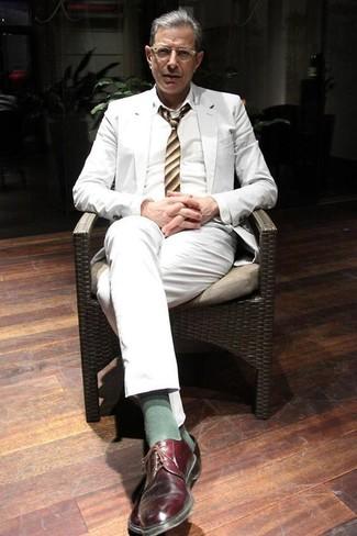 Comment porter: costume blanc, chemise de ville blanche, chaussures derby en cuir bordeaux, cravate à rayures verticales jaune