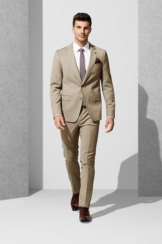 Comment porter: costume marron clair, chemise de ville blanche, chaussures derby en cuir bordeaux, cravate imprimée bordeaux