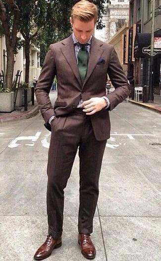 Comment porter: costume marron, chemise de ville en vichy blanc et bleu marine, chaussures derby en cuir marron, cravate vert foncé