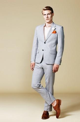 Comment porter: costume gris, chemise de ville rose, chaussures derby en cuir marron, pochette de costume orange