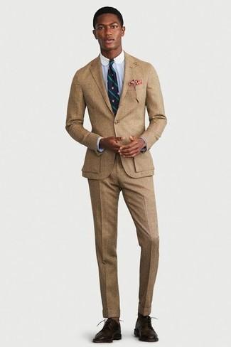 Comment porter: costume marron clair, chemise de ville bleu clair, chaussures derby en cuir marron foncé, cravate à rayures verticales bleu marine et vert