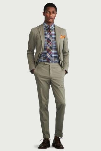 Comment porter: costume olive, chemise de ville à carreaux multicolore, chaussures derby en cuir marron foncé, cravate écossaise multicolore