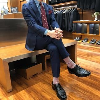 Comment porter: costume bleu marine, chemise de ville en chambray bleue, chaussures derby en cuir noires, cravate imprimée bordeaux