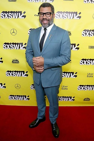 Comment porter: costume bleu canard, chemise de ville blanche, chaussures derby en cuir noires, cravate noire