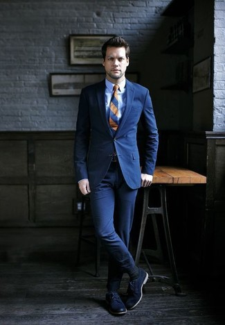 Comment porter: costume bleu marine, chemise de ville bleu clair, chaussures derby en cuir bleu marine, cravate à rayures horizontales bleu marine
