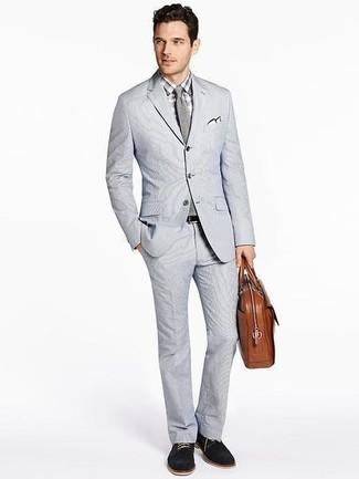 Comment porter: costume en seersucker gris, chemise de ville à carreaux grise, chaussures derby en daim noires, serviette en cuir marron