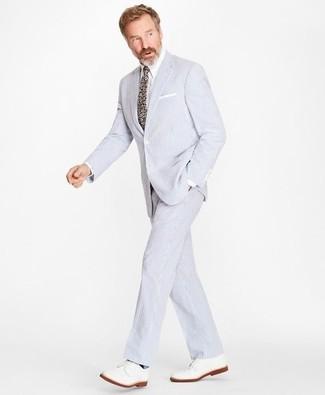 Comment porter: costume en seersucker bleu clair, chemise de ville blanche, chaussures derby en cuir blanches, cravate à fleurs multicolore