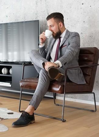 Comment porter: costume à carreaux gris, chemise de ville blanche, chaussures derby en cuir noires, cravate imprimée bordeaux