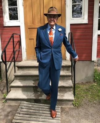 Comment porter: costume bleu marine, chemise de ville bleu clair, chaussures derby en cuir marron, chapeau en laine marron