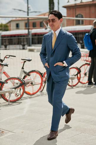 Comment porter: costume à rayures verticales gris foncé, chemise de ville blanche, chaussures derby en cuir marron, cravate imprimée jaune