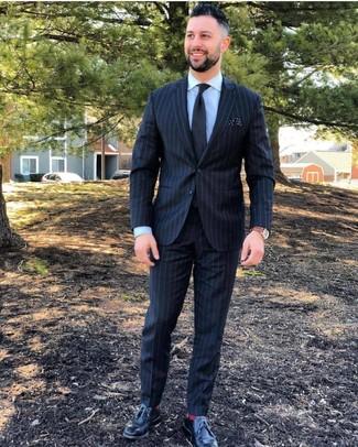 Comment porter: costume à rayures verticales noir, chemise de ville bleu clair, chaussures derby en cuir noires, cravate noire