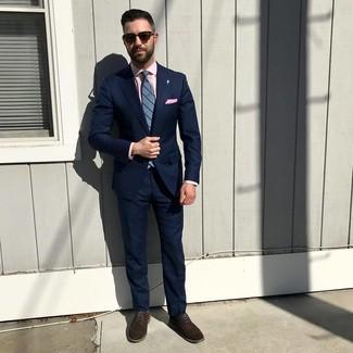 Comment porter: costume bleu marine, chemise de ville rose, chaussures derby en daim marron foncé, cravate à rayures verticales bleue