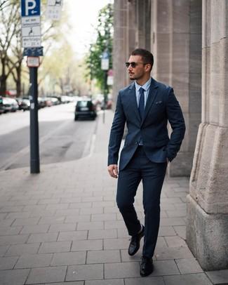 Comment porter: costume en laine bleu marine, chemise de ville bleu clair, chaussures derby en cuir noires, cravate á pois bleu marine